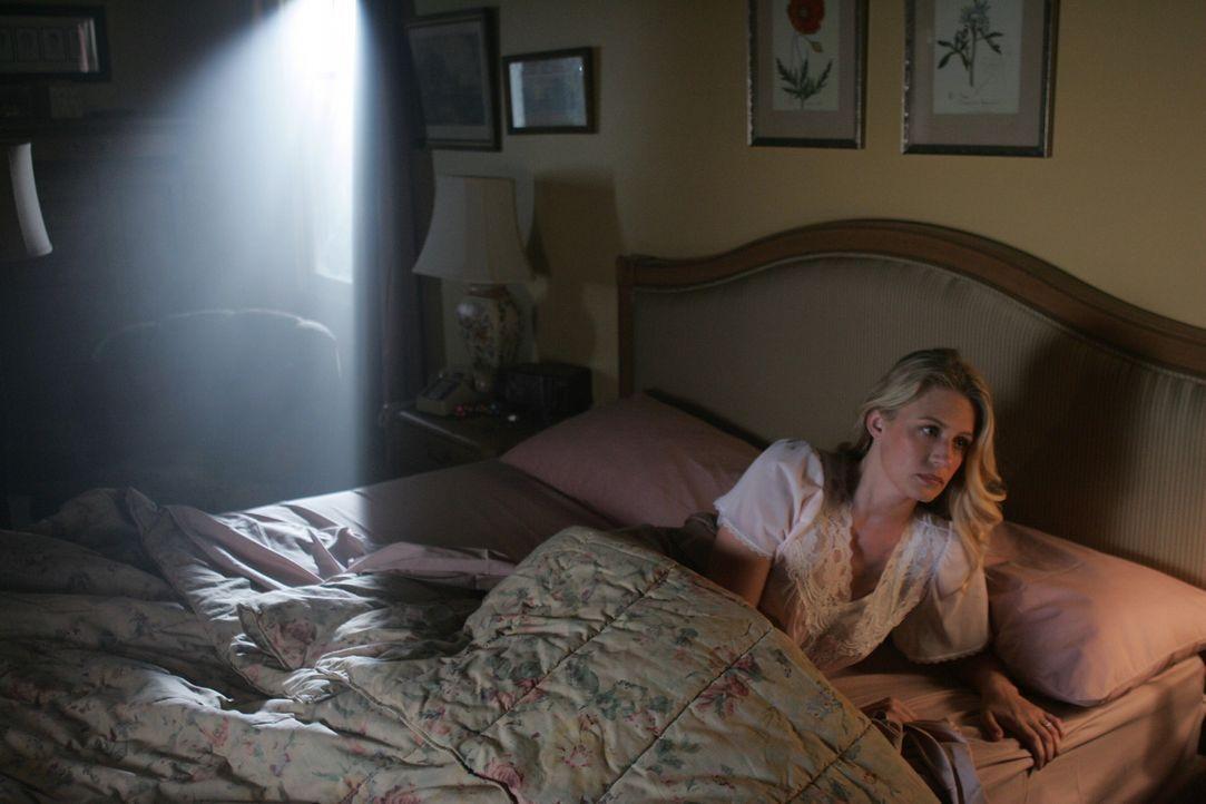 Rückblende: Als Mary (Samantha Smith) eines Nachts aufwacht stellt fest, dass ihr Ehemann John nicht neben ihr im Bett ist. Sie macht sich auf die... - Bildquelle: Warner Bros. Television
