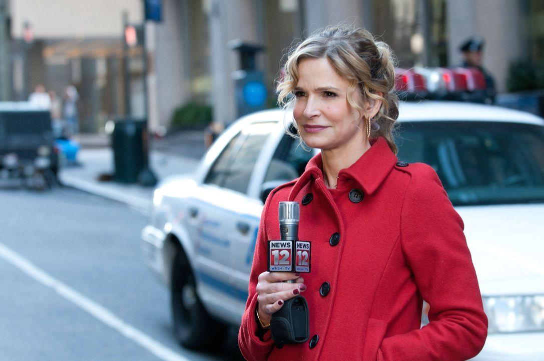 Berichtet live von den Ereignissen am Fenstersims des Hochhauses: Reporterin Suzie Morales (Kyra Sedgwick) ... - Bildquelle: 2011 Concorde Filmverleih GmbH