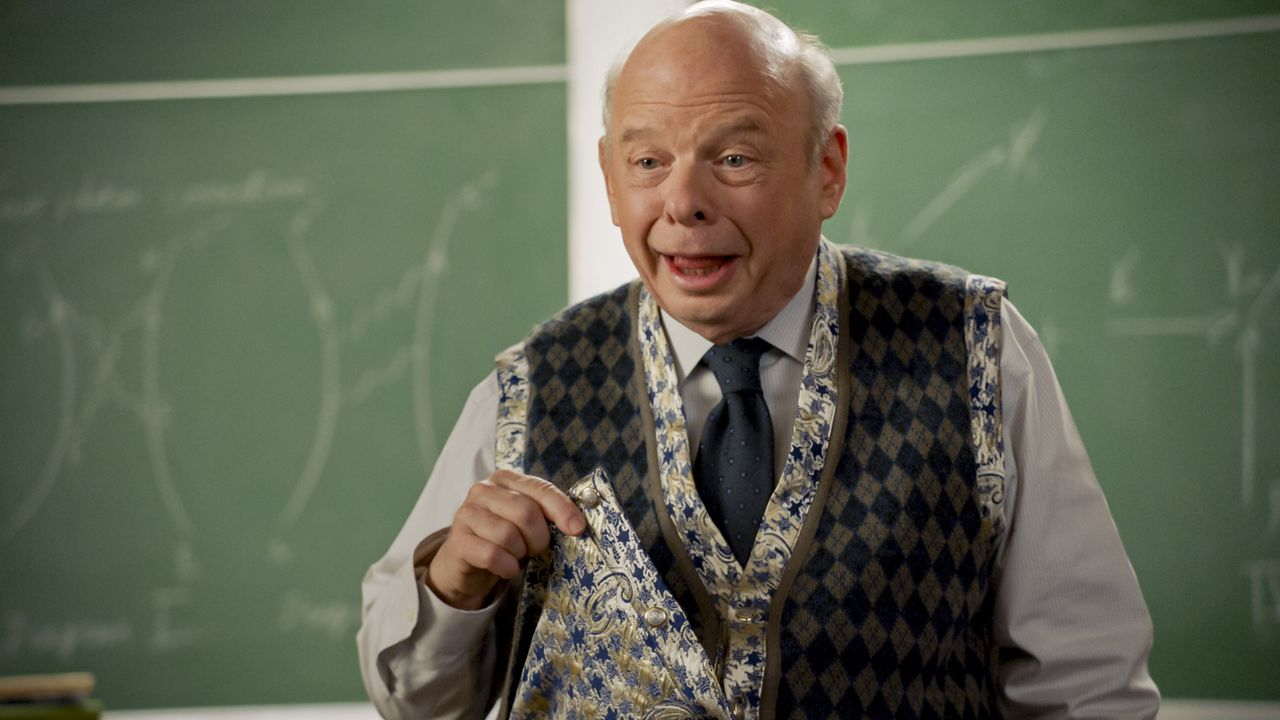 Dr. John Sturgis (Wallace Shawn) - Bildquelle: 2020 Warner Bros. Entertainment Inc. All Rights Reserved.