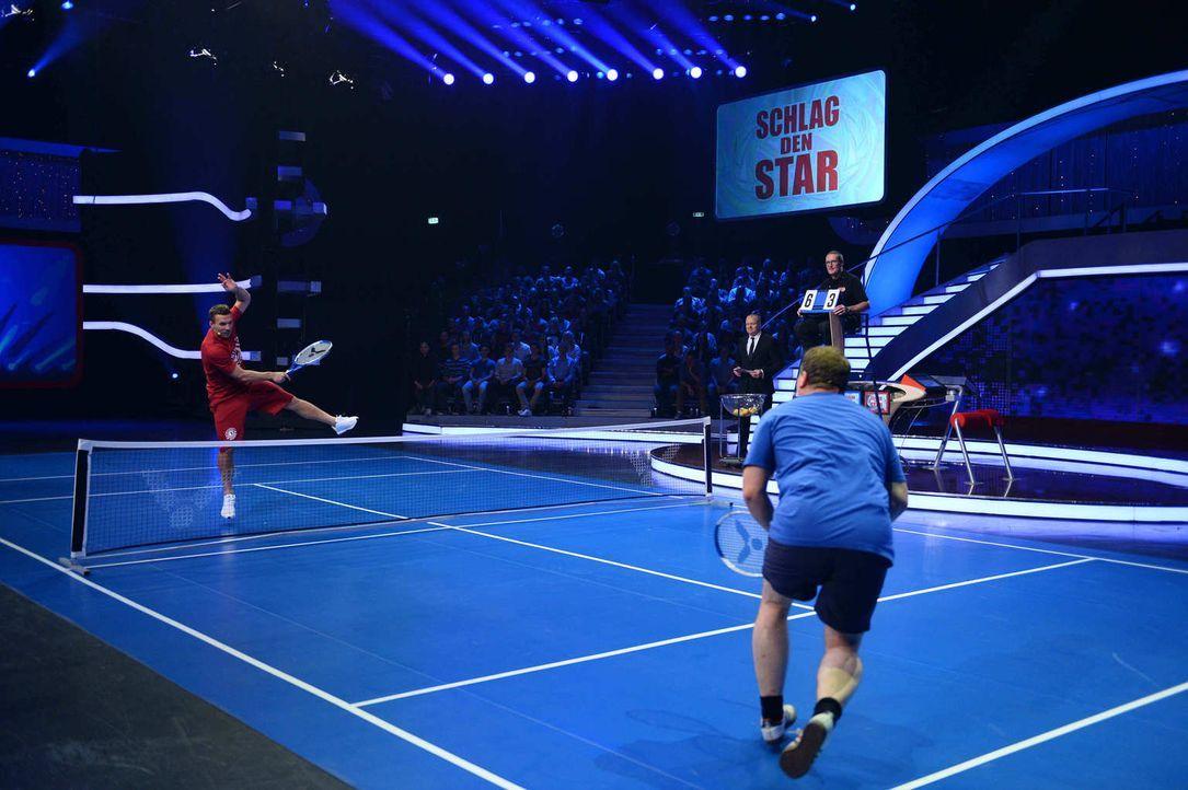 Fußballstar Lukas Podolski (l.) und Fußballfan Elton (r.) treten im Tennis gegeneinander an ... - Bildquelle: Willi Weber ProSieben