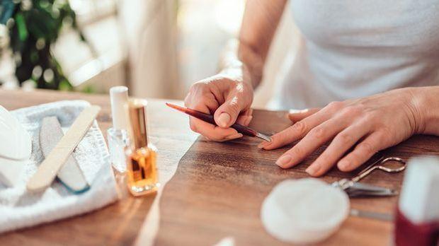Pflegende Maniküre deiner Nägel