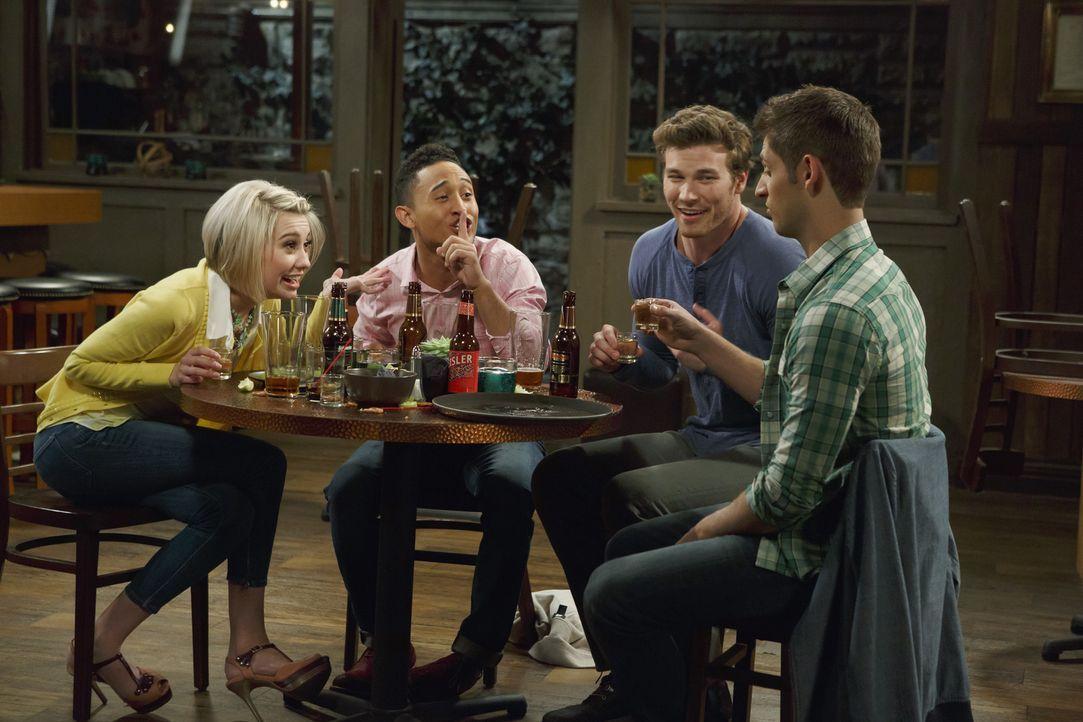 (v.l.n.r.) Riley (Chelsea Kane); Tucker (Tahj Mowry); Danny (Derek Theler); Ben (Jean-Luc Bilodeau) - Bildquelle: Bruce Birmelin ABC Family/Bruce Birmelin