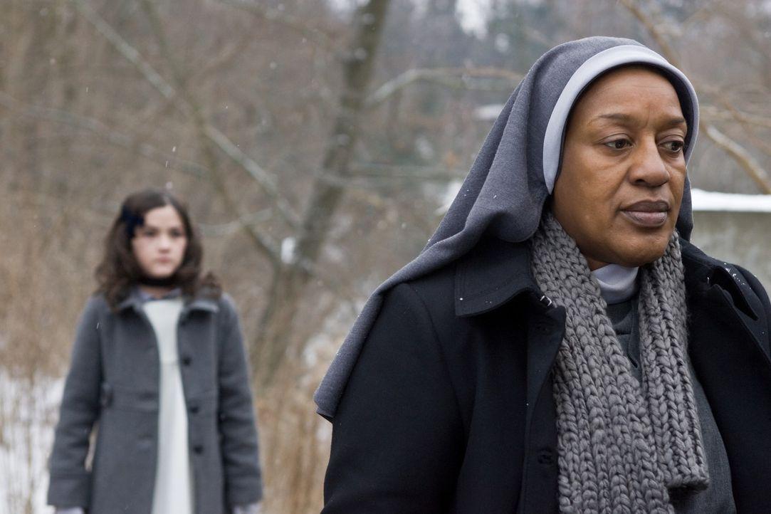 Als Schwester Abigail (C. C. H. Pounder, r.) den Colemans über Esthers (Isabelle Fuhrman, l.) unklare Vergangenheit und ihre Gabe, Unglücke anzuzi... - Bildquelle: Kinowelt