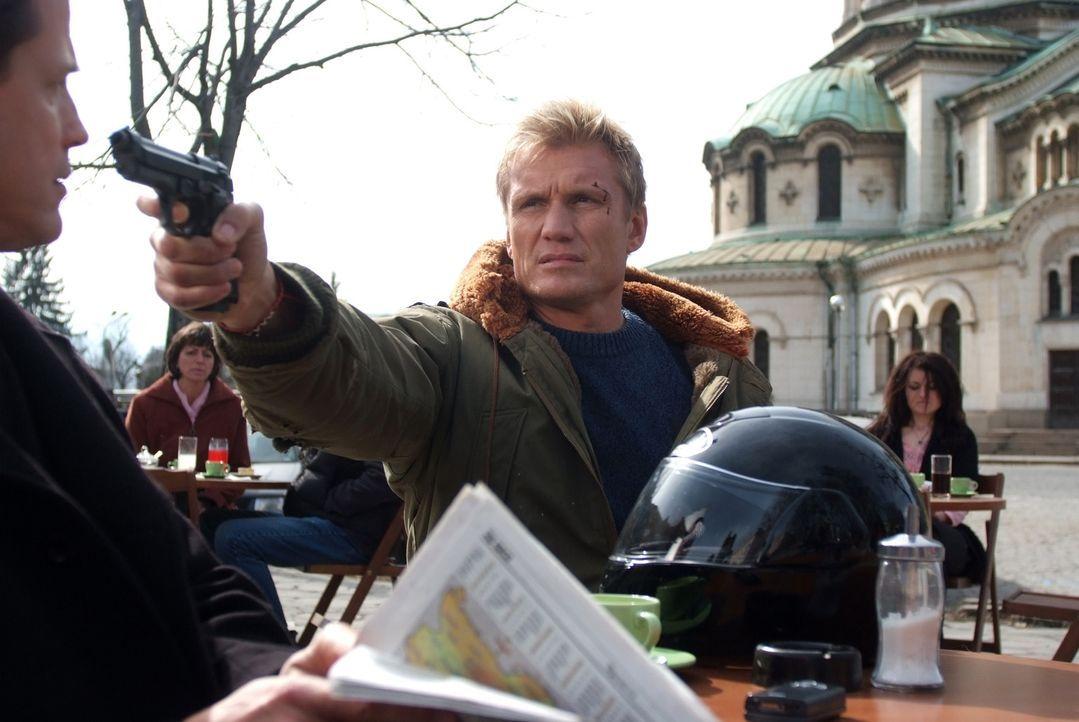 Erst viel zu spät geht Ex-Special-Forces-Soldat Mike Riggins (Dolph Lundgren, r.) auf, dass US-Strippenzieher Connelly (Michael Paré, l.) schon vi... - Bildquelle: Nu Image