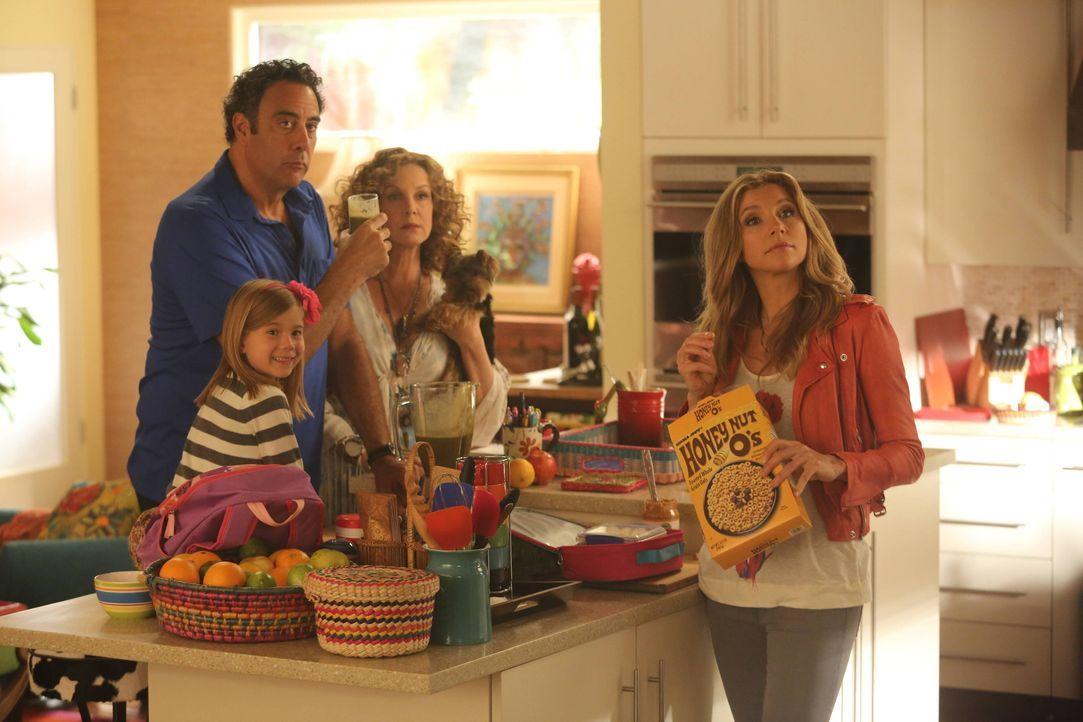 Polly (Sarah Chalke, r.) organisiert einen Spielenachmittag für Natalie (Rachel Eggleston, l.), doch Max (Brad Garrett, 2.v.l.) und Elaine (Elizabet... - Bildquelle: 2013 American Broadcasting Companies. All rights reserved.