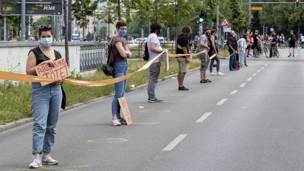 Menschenkette vom Brandenburger Tor bis Neukölln gegen Rassismus in Berlin. - Bildquelle: picture alliance/Geisler-Fotopress