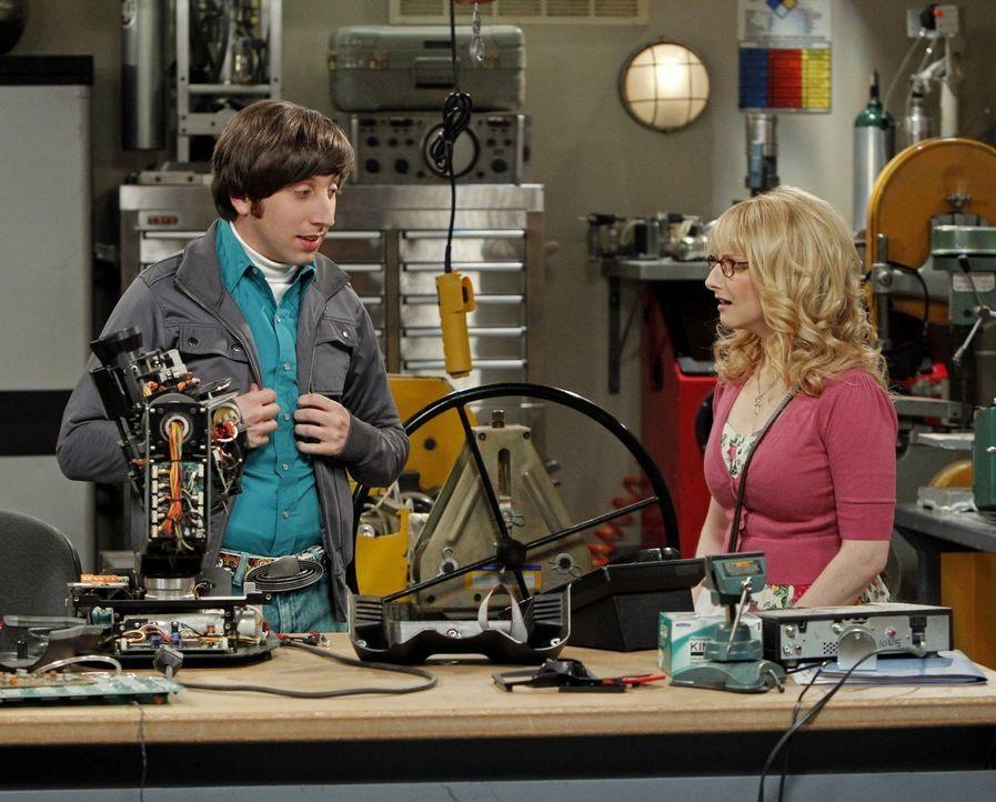 Die NASA bringt die Hochzeitspläne von Bernadette (Melissa Rauch, r.) und Howard (Simon Helberg, l.) gehörig durcheinander ... - Bildquelle: Warner Bros. Television