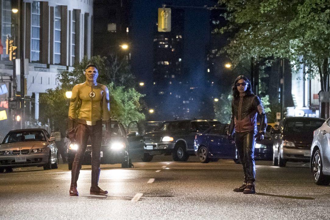 Iris hat mit dem Verlust ihrer großen Liebe zu kämpfen, während Wally alias Kid Flash (Keiynan Lonsdale, l.) und Cisco alias Vibe (Carlos Valdes, r.... - Bildquelle: 2017 Warner Bros.