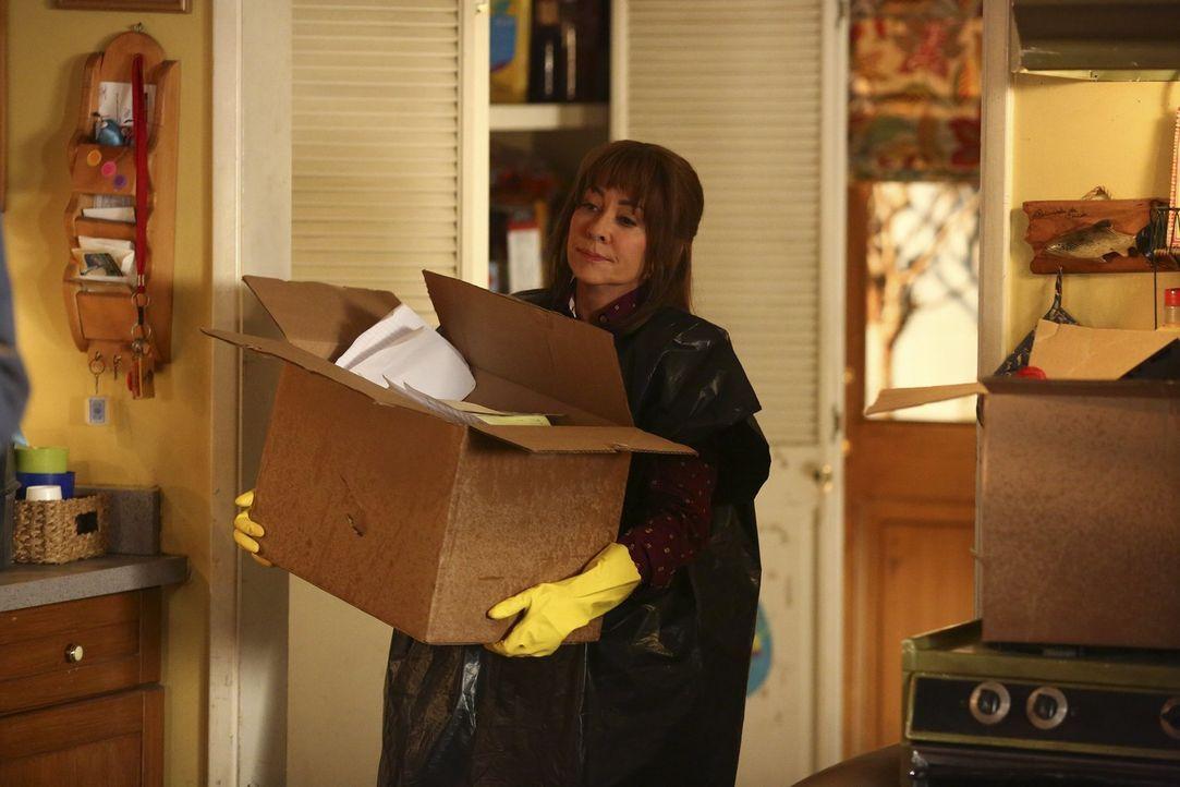Muss plötzlich den überfüllten Keller ausräumen: Frankie (Patricia Heaton) ... - Bildquelle: Warner Bros.