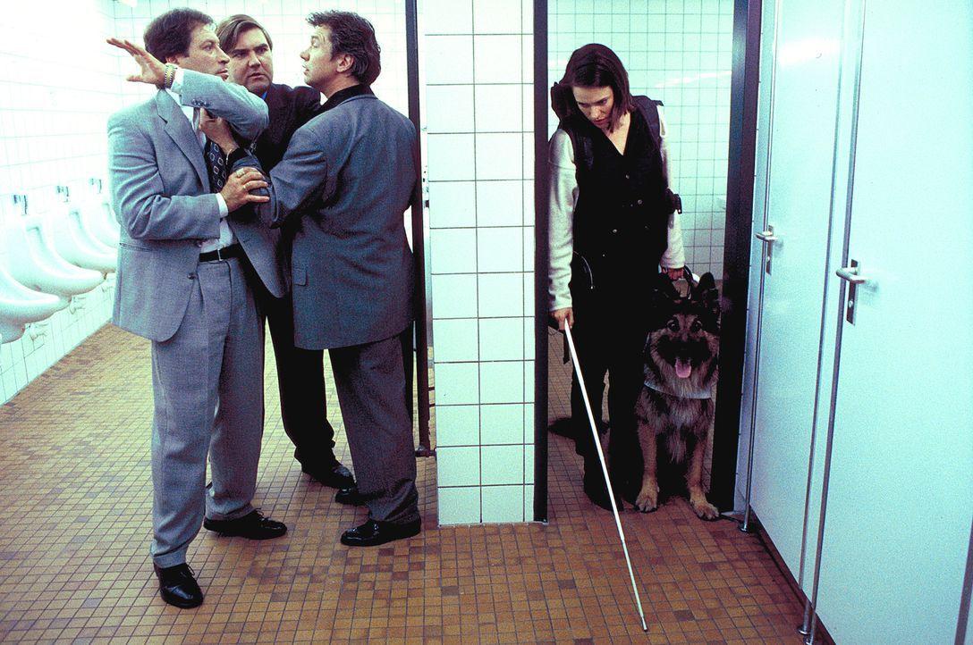 Durch Zufall wird Mascha Reinhard (Nina Kronjäger, r.) Zeugin eines Streitgespräches zwischen drei Männern (Bernd Tauber, 3.v.l., Peter Rappengl - Bildquelle: ProSieben
