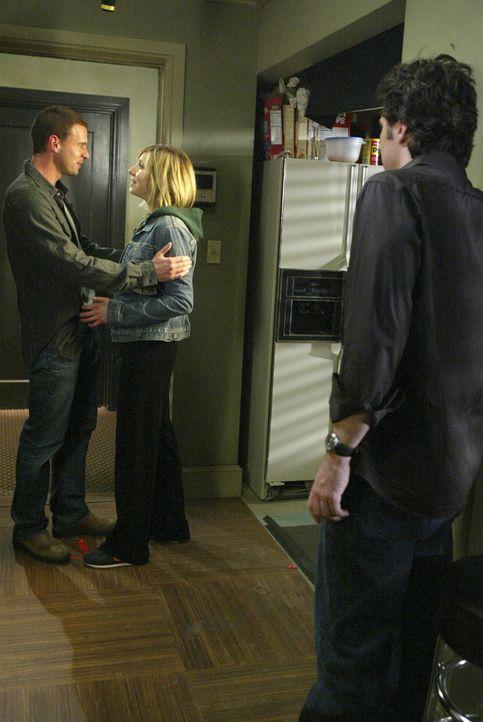 Nach alldem, was vorgefallen ist, muss J.D. (Zach Braff, r.) mit ansehen, wie Elliot (Sarah Chalke, M.) ihren Freund Sean (Scott Foley, l.) freudig... - Bildquelle: Touchstone Television