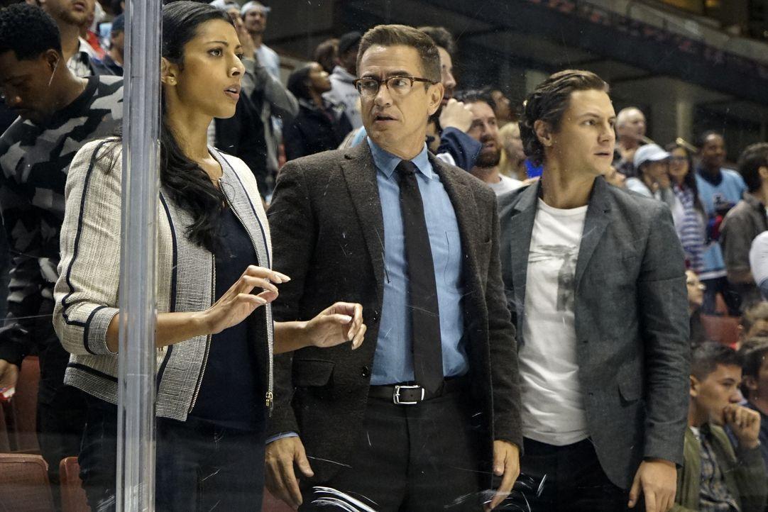 Eigentlich sollte der Abend beim Eishockey das Team stärken, doch dann werden Talaikha (Reshma Shetty, l.), Walter (Dermot Mulroney, M.) und James (... - Bildquelle: Monty Brinton 2016 CBS Broadcasting, Inc. All Rights Reserved