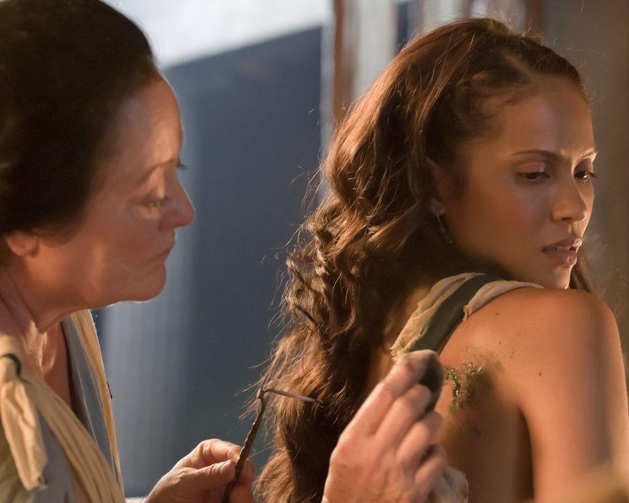 Nach dem Tod von Melissa wird Naevia (Lesley-Ann Brandt, r.) zur Leibsklavin von Lucretcia - mit Brandzeichen ... - Bildquelle: 2010 Starz Entertainment, LLC