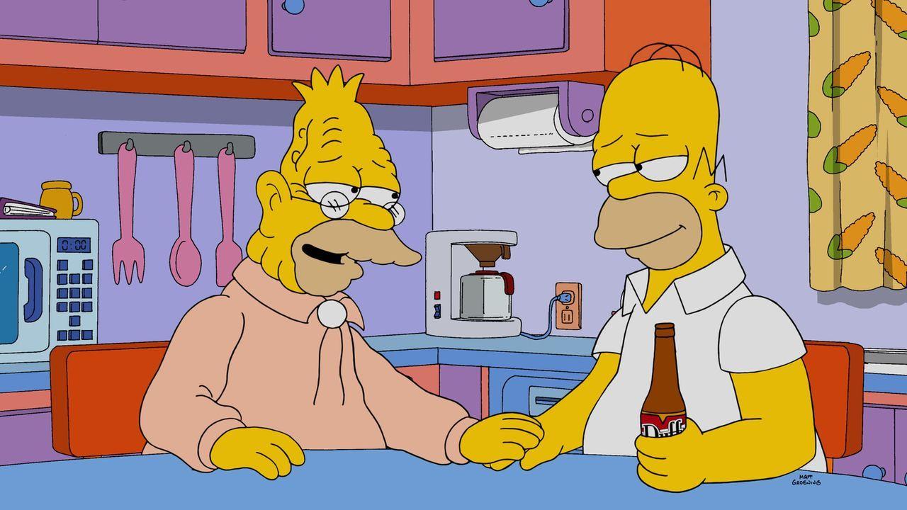 Da die Familie einfach nicht zuhören will, wenn Grandpa (l.) spricht, springt mal wieder Homer (r.) ein. Er erfährt einiges über seinen Vater ... - Bildquelle: 2014 Twentieth Century Fox Film Corporation. All rights reserved.