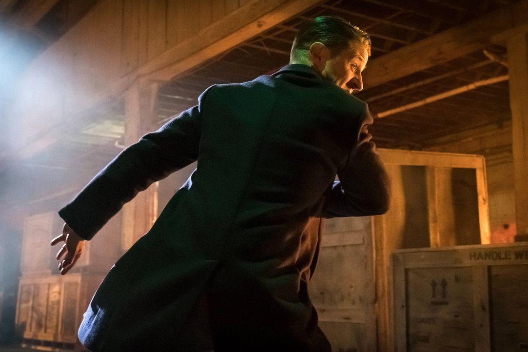 Gordon (Ben McKenzie), der sich das Virus injiziert hat, gerät mehr und mehr außer Kontrolle ... - Bildquelle: Warner Brothers