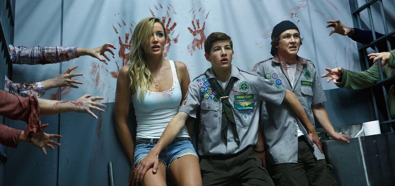 Oh Shit! Bardame Denise (Sarah Dumont, l.) und die beiden Scouts Carter (Logan Miller, r.) und Ben (Tye Sheridan, M.) müssen feststellen, dass die U... - Bildquelle: Jamie Trueblood 2015 Paramount Pictures. All Rights Reserved.