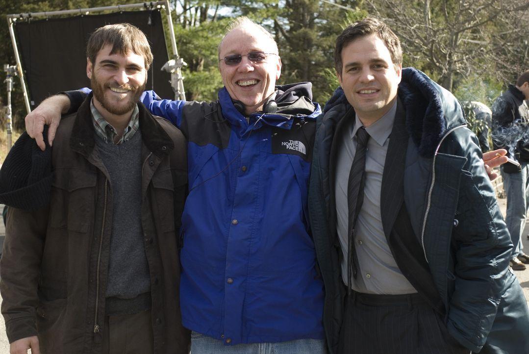 Drehpause: Regisseur Terry George (M.) mit Mark Ruffalo (l.) und Joaquin Phoenix (r.) - Bildquelle: TOBIS Film