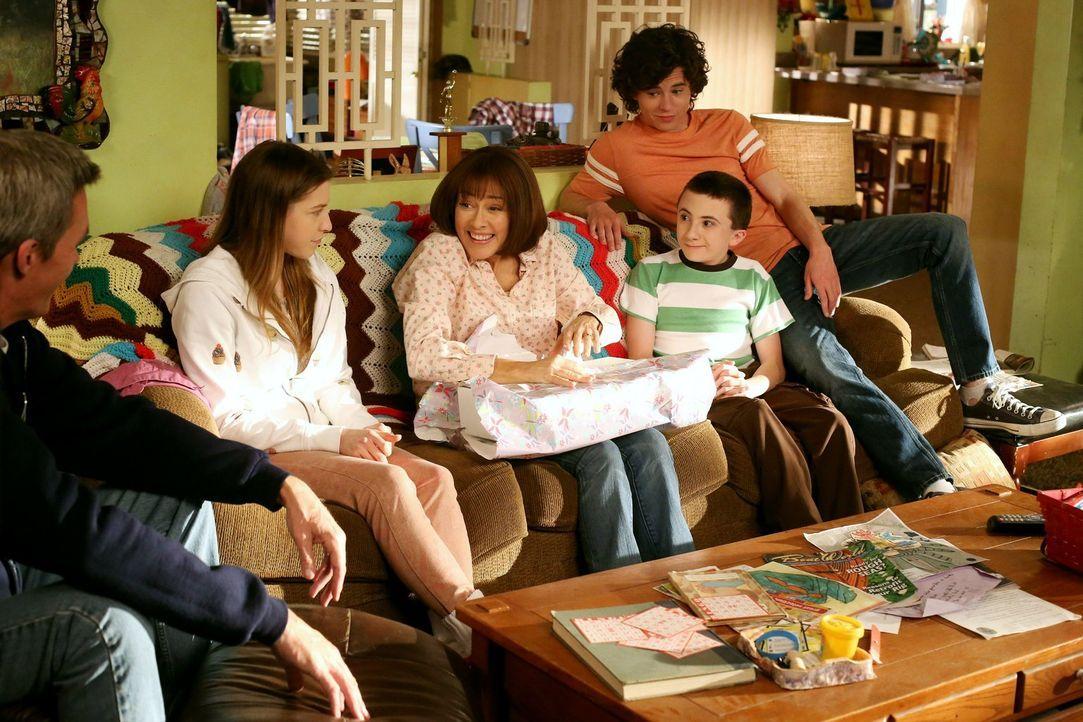 Muttertag: Wird es Frankies (Patricia Heaton, M.) Familie (v.l.n.r.: Neil Flynn, Eden Sher, Atticus Shaffer, Charlie McDermott) dieses Jahr zum erst... - Bildquelle: Warner Brothers