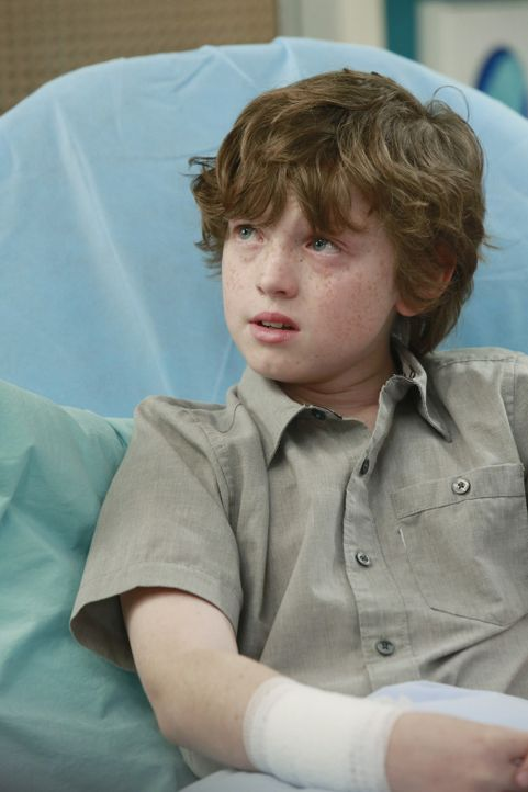 Ethan (Kyle Silverstein) bangt um seine Eltern, die bei der Explosion schwer verletzt wurden ... - Bildquelle: ABC Studios
