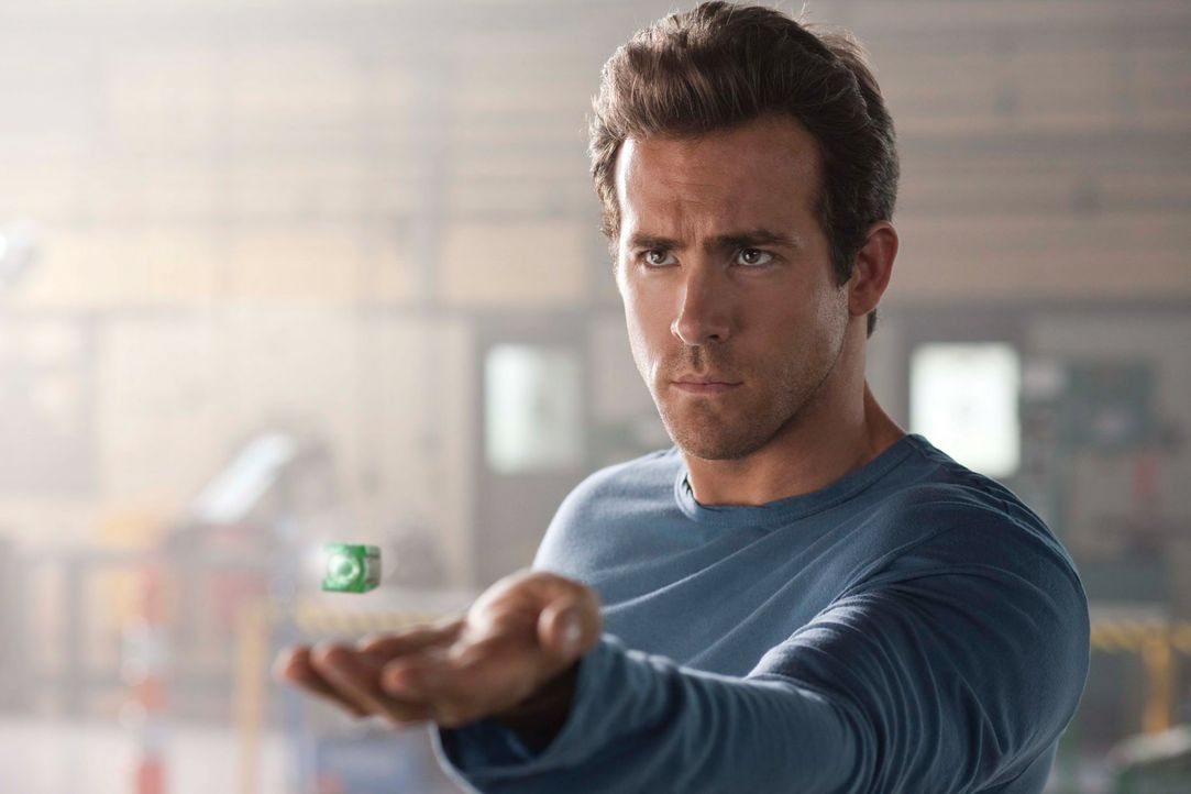 Als ein schwerverletztes, außerirdisches Wesen auf der Erde notlandet und die grüne Kraft, aus der dieser seine Macht bezieht, sich den draufgängeri... - Bildquelle: Warner Bros.