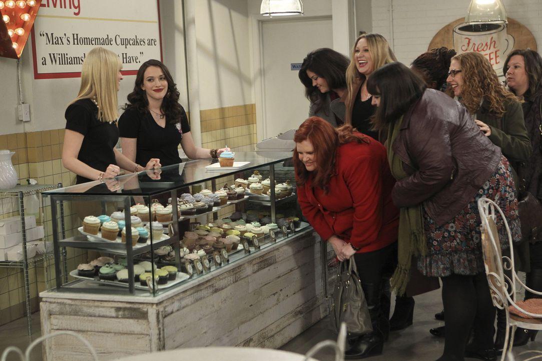 Mit ihrem Cupcake Laden haben sich Caroline (Beth Behrs, l.) und Max (Kat Dennings, 2.v.l.) eine große Fangemeinde aufgebaut ... - Bildquelle: Warner Bros. Television