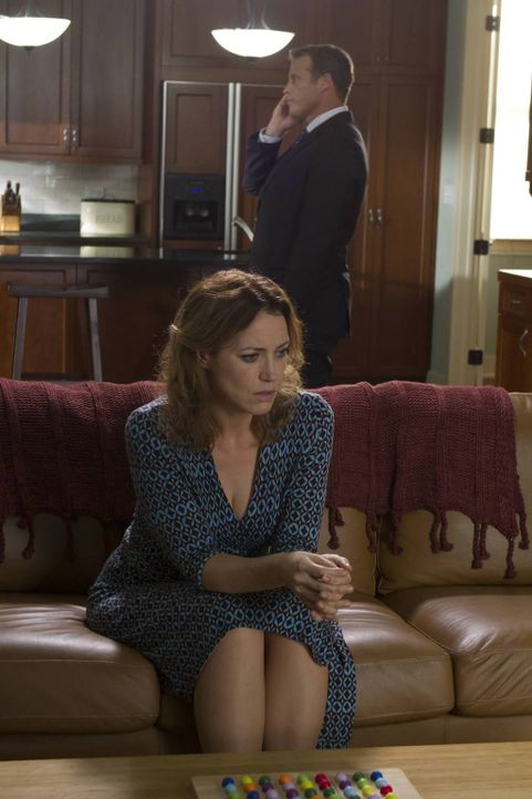 Janice Gibson (Rebecca Spence, vorne) soll im Auftrag der Entführer CIA Director Widener (Mark Valley, hinten) vergiften. Doch wird sie das wirklich... - Bildquelle: 2013-2014 NBC Universal Media, LLC. All rights reserved.