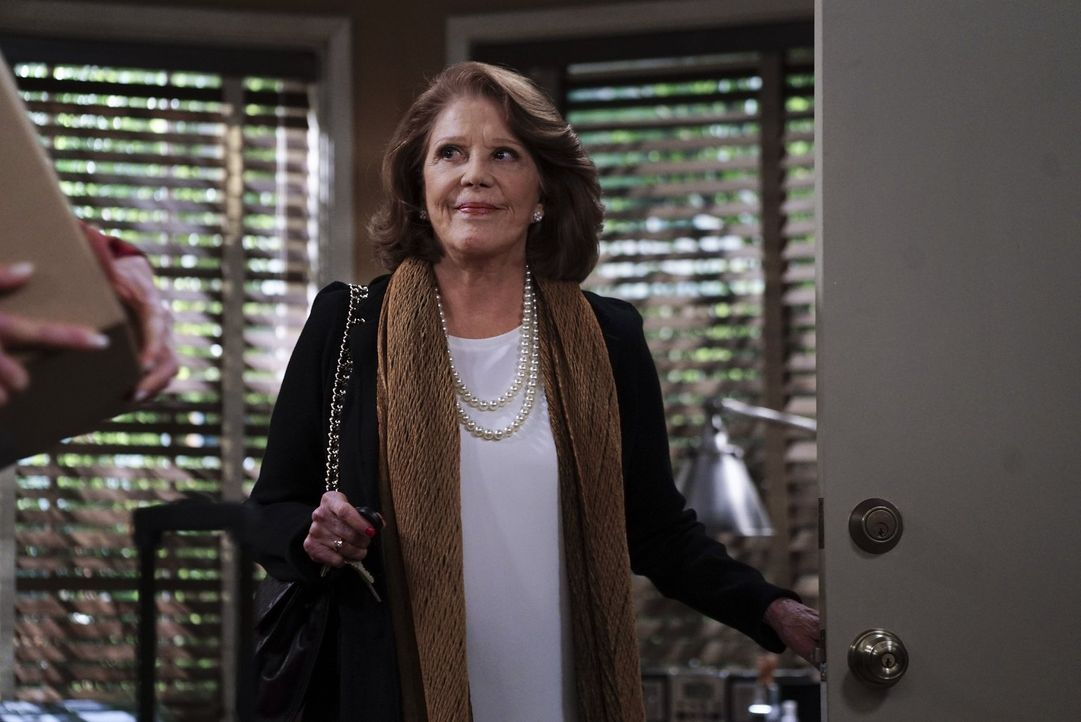 Christy ist schockiert, als sie hört, dass Gregory die Verlobung mit ihrer Tochter Violet gelöst hat. Violet erklärt daraufhin, dass Gregory sie bet... - Bildquelle: 2015 Warner Bros. Entertainment, Inc.