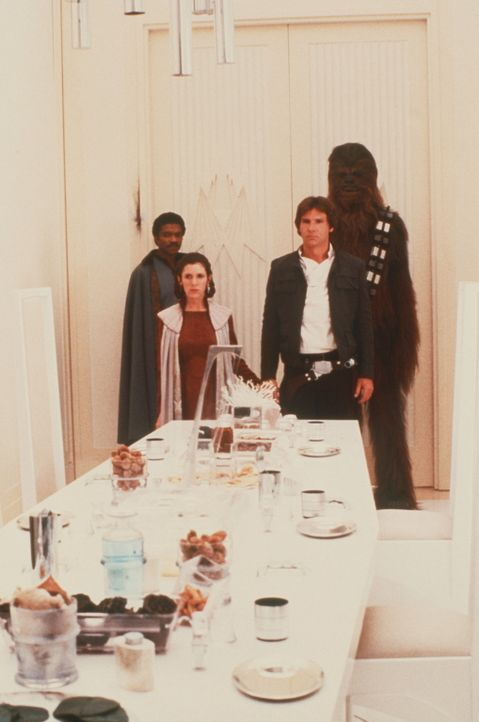 In einer üblen Falle: Lando Calrissian (Billy Dee Williams, hinten l.), Prinzessin Leia (Carrie Fisher, vorne l.), Han Solo (Harrison Ford, vorne r... - Bildquelle: Lucasfilm LTD. & TM. All Rights Reserved.
