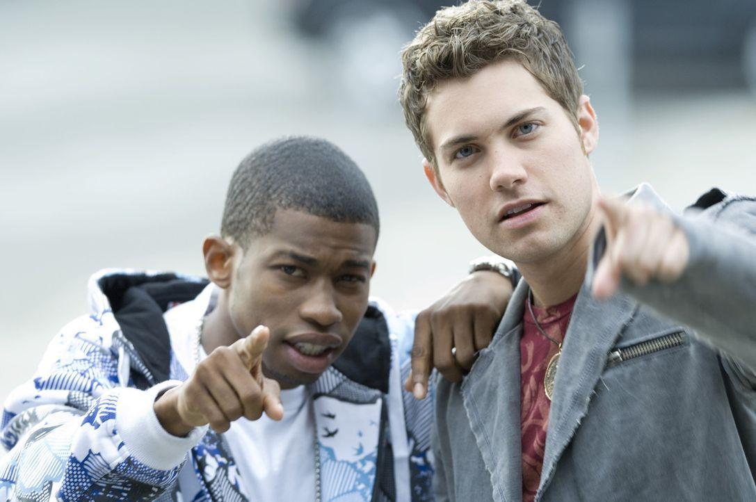 Wo steckt Aschenputtel? Dustin (Marcus T. Paulk, l.) und Joey (Drew Seeley, r.) suchen verzweifelt die Besitzerin des MP3-Players ... - Bildquelle: Warner Brothers