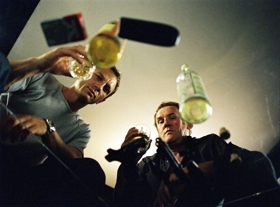 Gene (Colm Meaney, r.) arbeitet mit ganz anderen Mitteln als sein Kollege (Daniel Craig, l.), denn das Drogengeschäft ist schließlich kein Spazierga... - Bildquelle: 2004 Columbia Pictures Industries, Inc. All Rights Reserved.