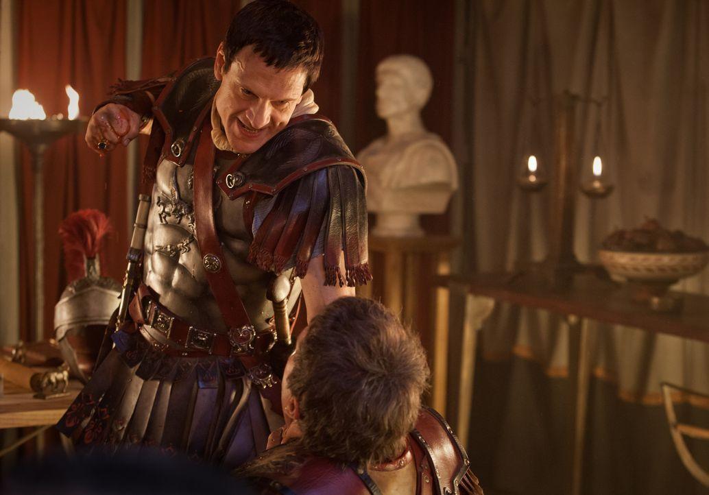 Seitdem Kore verschwunden ist, verliert Marcus Crassus (Simon Merrells) jegliches Maß. Wegen Kleinigkeiten rastet er völlig aus ... - Bildquelle: 2012 Starz Entertainment, LLC. All rights reserved.