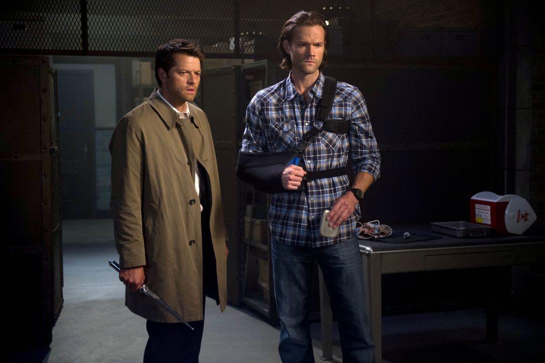 Finden Castiel (Misha Collins, l.) und Sam (Jared Padalecki, r.) einen Weg, um Dean zu retten? - Bildquelle: 2016 Warner Brothers