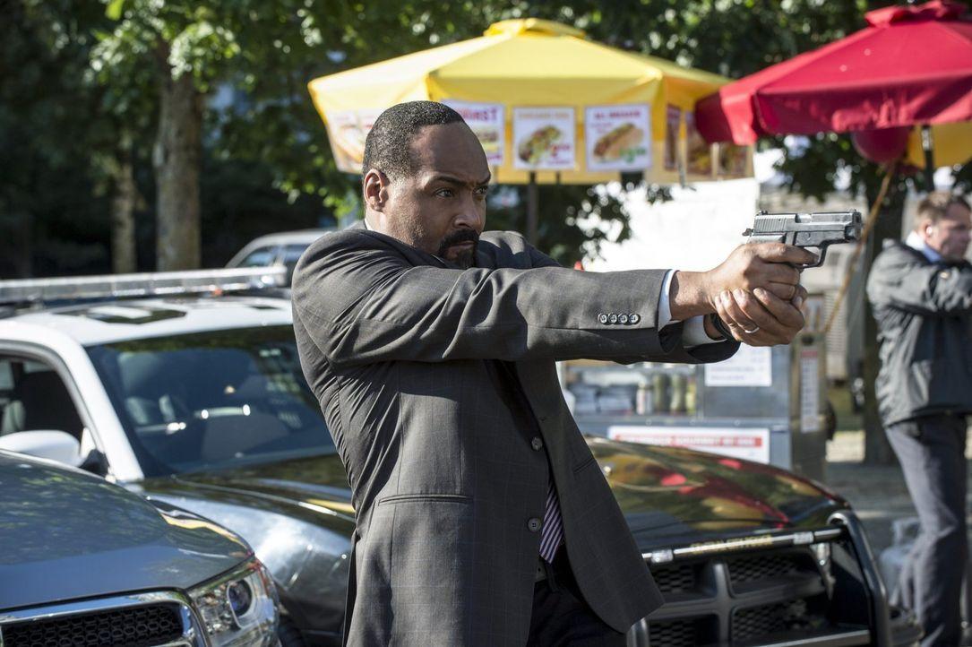 Noch ahnt Joe (Jesse L. Martin) nicht, dass der Atom-Smasher nur der Vorbote für einen weitaus schlimmeren Feind ist ... - Bildquelle: 2015 Warner Brothers.