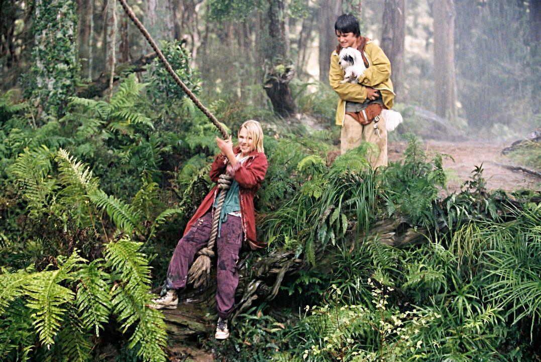 Jess (Josh Hutcherson, r.) und Leslie (Anna Sophia Robb, l.) werden Freunde und erschaffen sich auf Leslies Initiative kurzerhand ihre eigene Welt:... - Bildquelle: 2006 Constantin Film, München