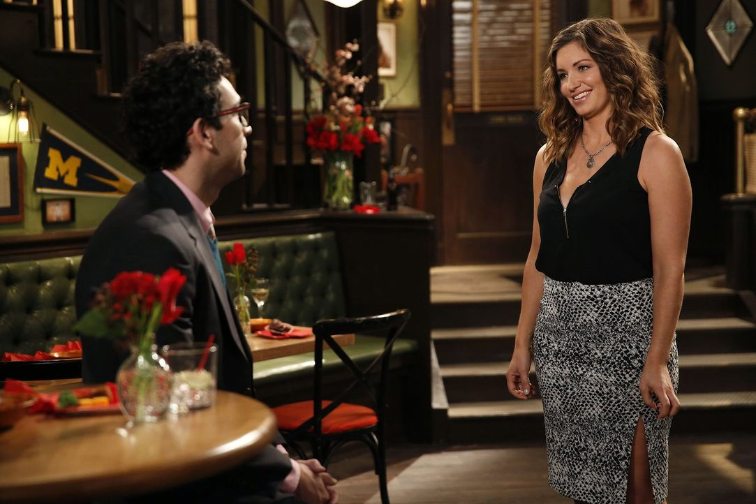 Vertragen sich Leslie (Bianca Kajlich, r.) und Burski (Rick Glassman, l.) trotz des unangenehmen Moments in Dannys Wohnung wieder? - Bildquelle: Warner Brothers