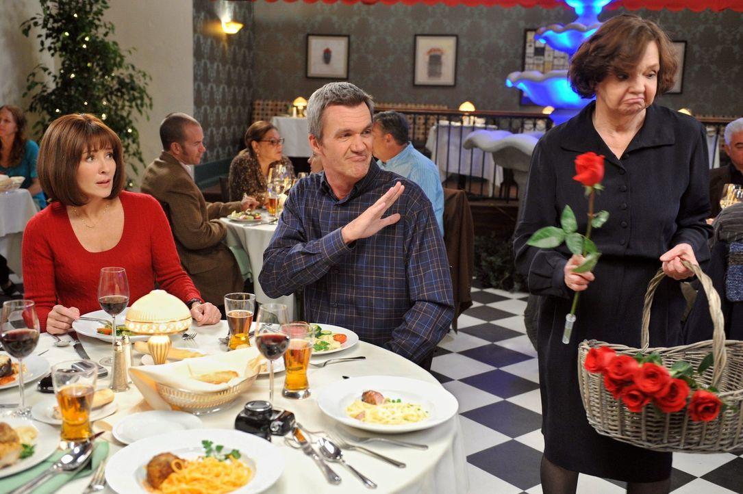 Frankie (Patricia Heaton, l.) kann nicht glauben, dass Mike (Neil Flynn, 2.v.l.) am Valentinstag keine Rose für sie kaufen möchte. Ist die Romantik... - Bildquelle: Warner Brothers