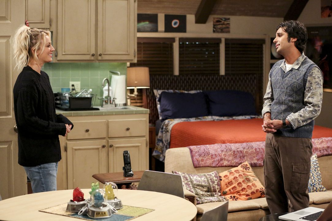 Penny (Kaley Cuoco, l.) will es nicht auf sich sitzen lassen, als Raj (Kunal Nayyar, r.) die Entdeckung eines neuen Himmelskörpers für sich titulier... - Bildquelle: Warner Bros. Television
