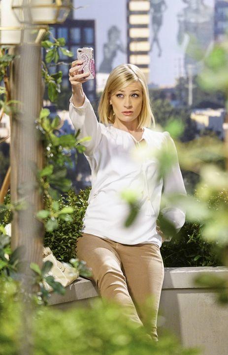 Sieht sich schon als Filmstar: Caroline (Beth Behrs) ... - Bildquelle: 2016 Warner Brothers