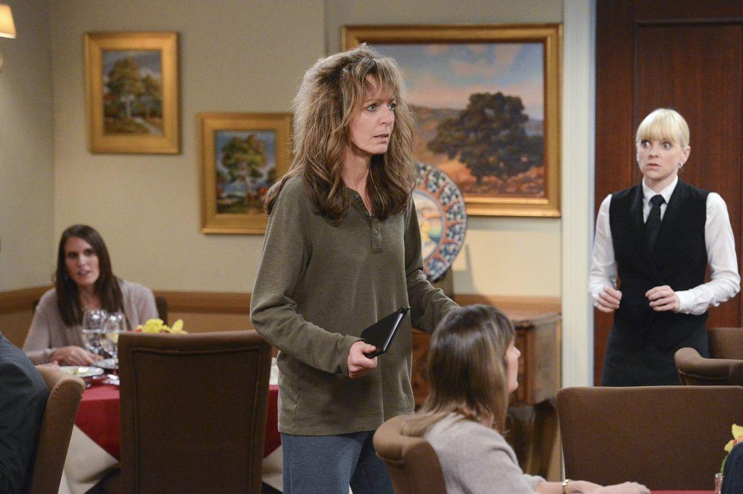 Bonnie (Allison Janney, M.) hat ihren Job verloren und das bringt sie so aus dem Gleichgewicht, dass sie nach Jahren der Abstinenz einen Rückfall ha... - Bildquelle: Warner Brothers Entertainment Inc.