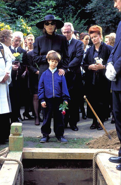 Mit dem Tod ihrer Tochter bricht für Dorothea Thorwald (Judy Winter, M.) eine Welt zusammen. Weil sie Thomas für den Tod ihrer Tochter verantwortl... - Bildquelle: Horn-Link ProSieben