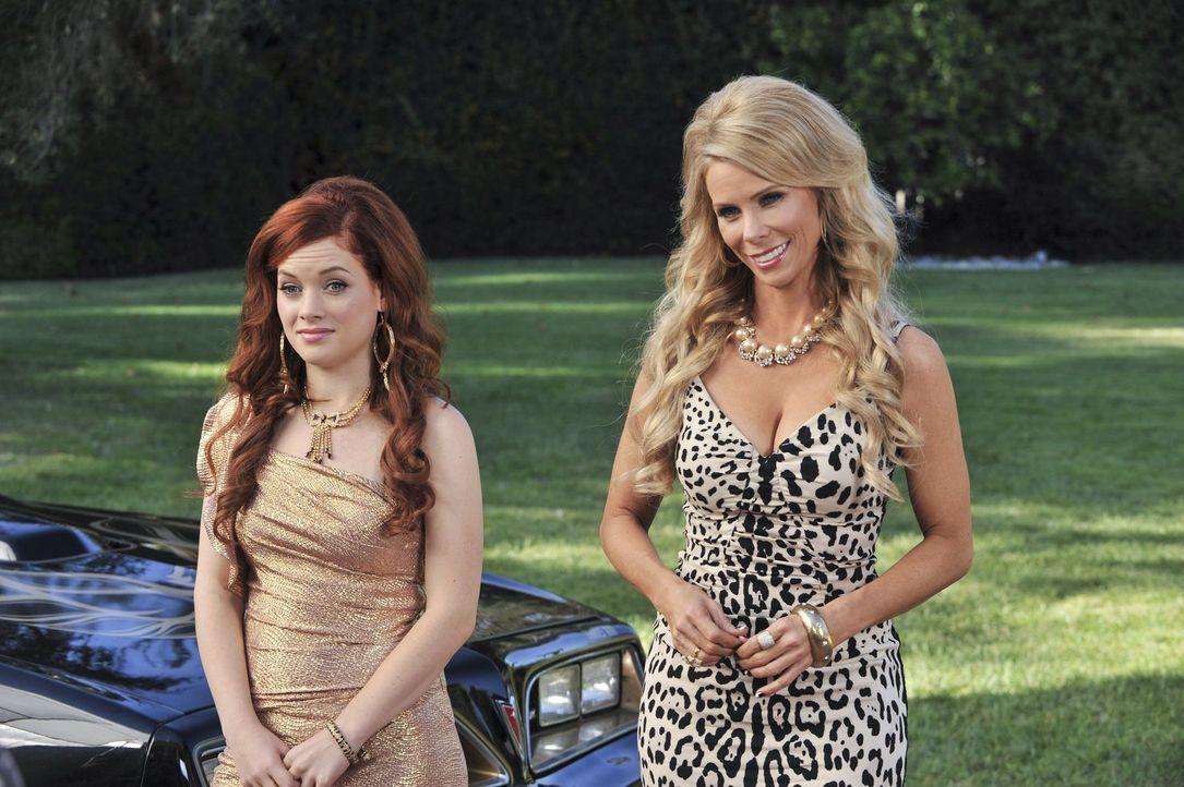 Dallas (Cheryl Hines, r.) muss zur Beerdigung ihrer Mutter in den Süden fahren und bittet Tessa (Jane Levy, l.), sie zu begleiten. Zu Hause gehen Ge... - Bildquelle: Warner Brothers