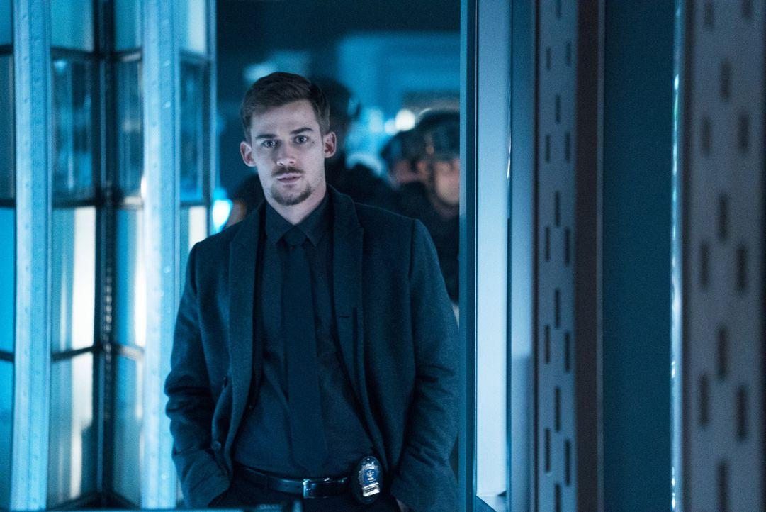 Jamies Ex-Freund Logan (Josh Salatin) ist neuerdings Detective bei der NAPD. Als er Hinweise auf einen Einbruch bekommt, macht er sich mit seinem Te... - Bildquelle: Shane Harvey 2017 CBS Broadcasting, Inc. All Rights Reserved
