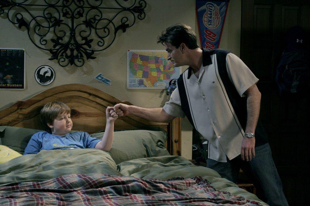 Gehen einen Deal ein: Charlie (Charlie Sheen, r.) und Jake (Angus T. Jones, l.) ... - Bildquelle: Warner Brothers Entertainment Inc.