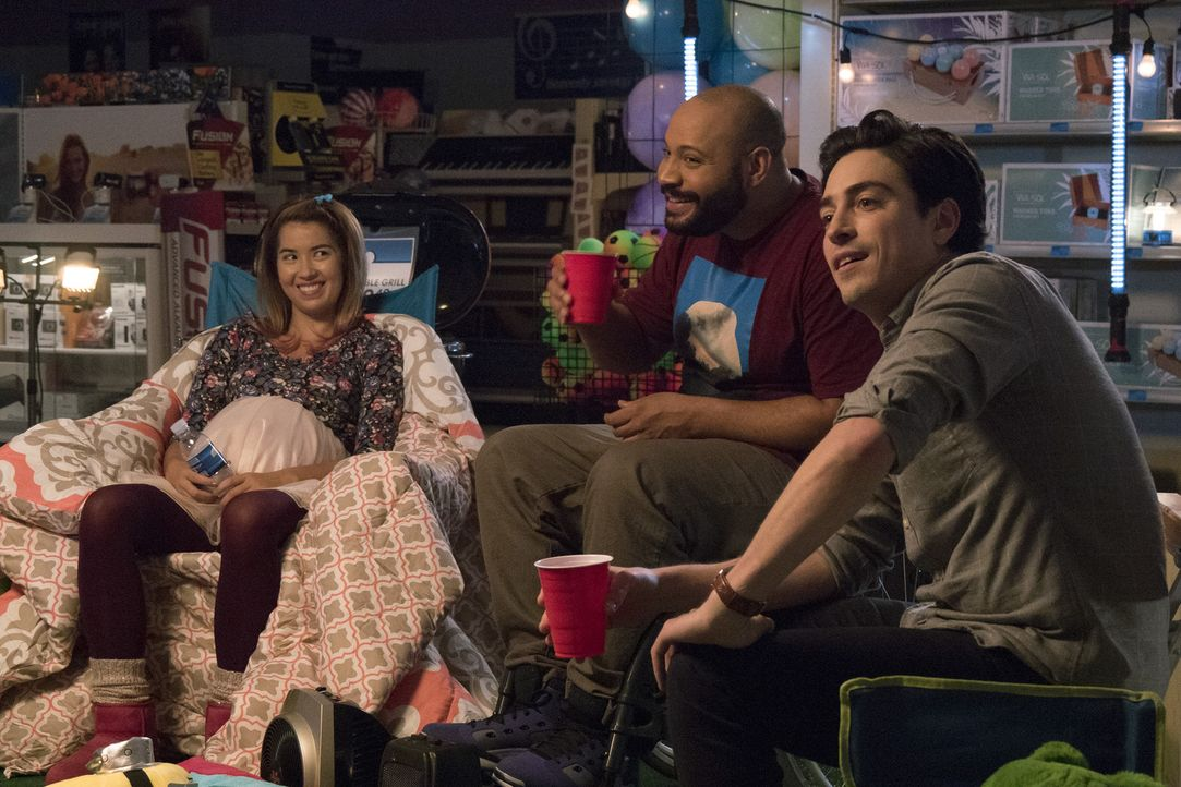 Lernen sich während einer ungeplanten Nachtschicht im Superstore immer besser kennen: Cheyenne (Nichole Bloom, l.), Garrett (Colton Dunn, M.) und Jo... - Bildquelle: Brandon Hickman 2015 Universal Television LLC. ALL RIGHTS RESERVED.