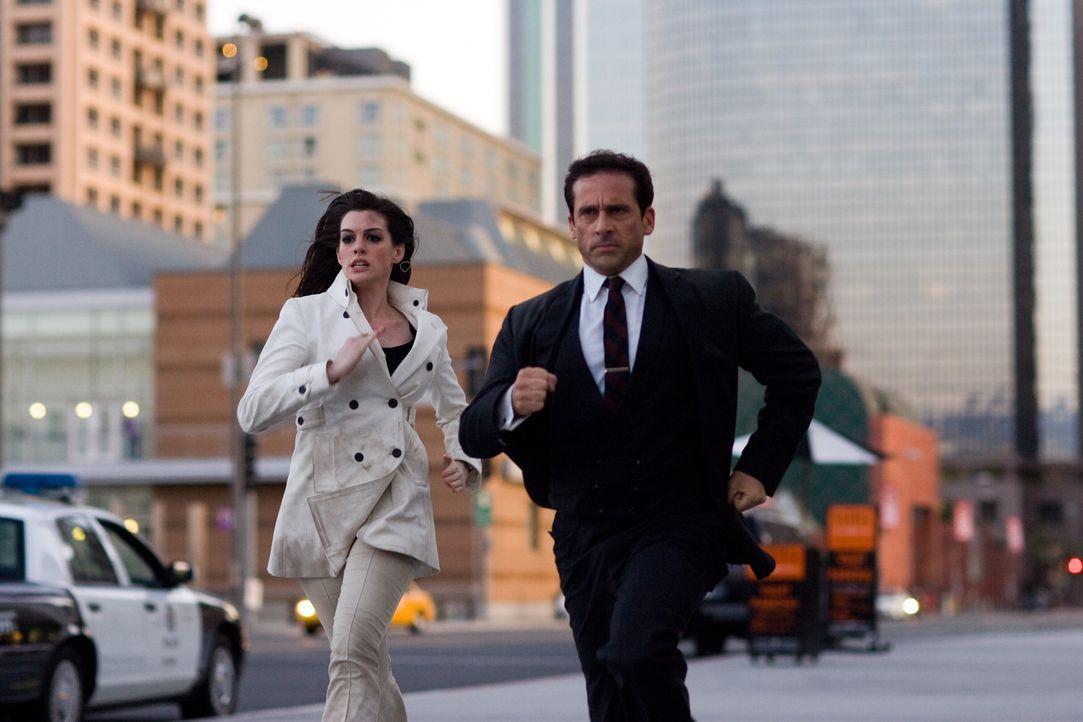 Wir lieben es, die Welt zu retten: Agentin 99 (Anne Hathaway, l.) und Maxwell Smart (Steve Carell, r.) ... - Bildquelle: Warner Brothers