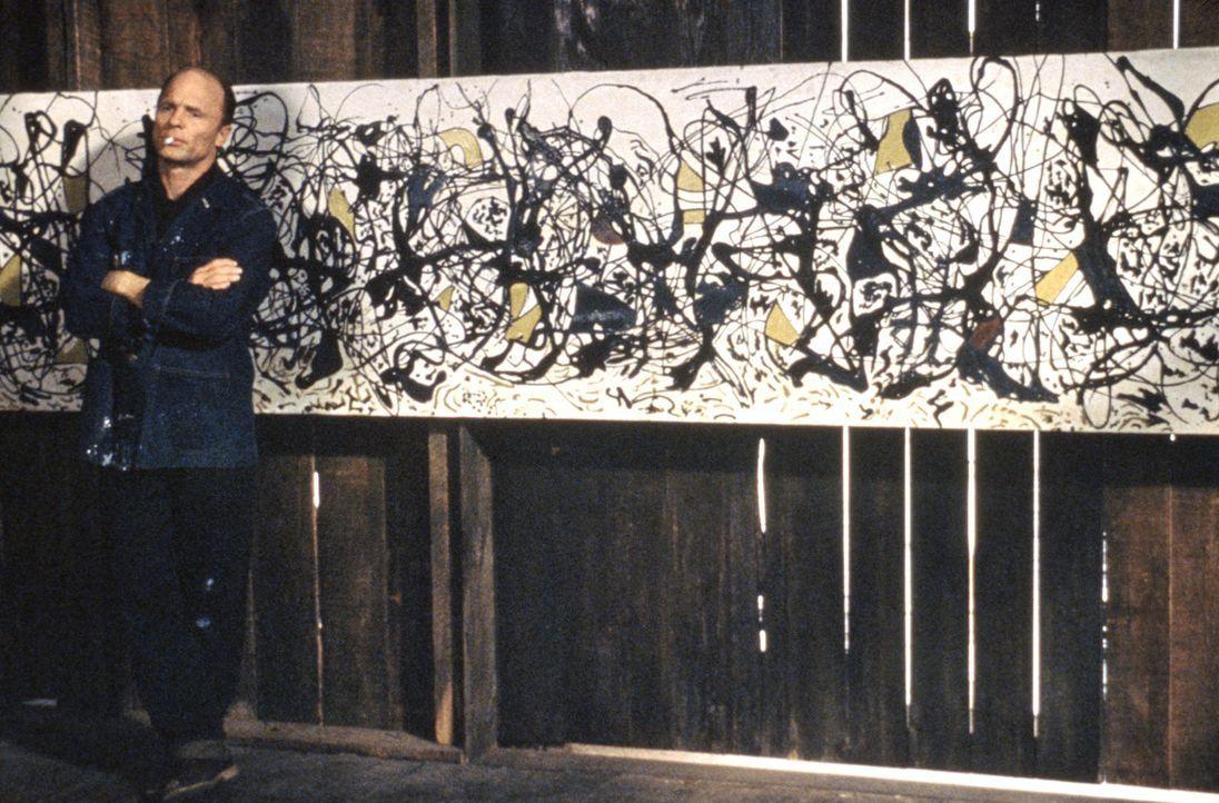 Viele Jahre lassen die US-Galeristen Pollocks expressionistische Farborgien links liegen, doch dann gelangt Jackson Pollock (Ed Harris) zu großem R... - Bildquelle: 2003 Sony Pictures Television International. All Rights Reserved.