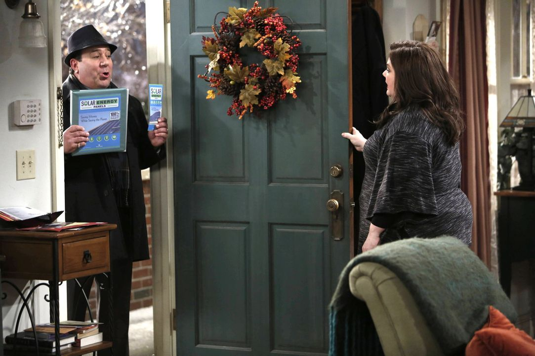 Molly (Melissa McCarthy, r.) ist überrascht, als plötzlich Vince (Louis Mustillo, l.) als Staubsaugervertreter vor der Tür steht ... - Bildquelle: Warner Brothers