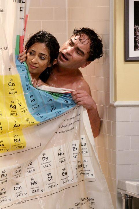 Sheldon kann nicht ins Bad, weil Leonard (Johnny Galecki, r.) gerade mit Priya (Aarti Mann, l.) unter der Dusche steht. Sheldon ist außer sich und w... - Bildquelle: Warner Bros. Television