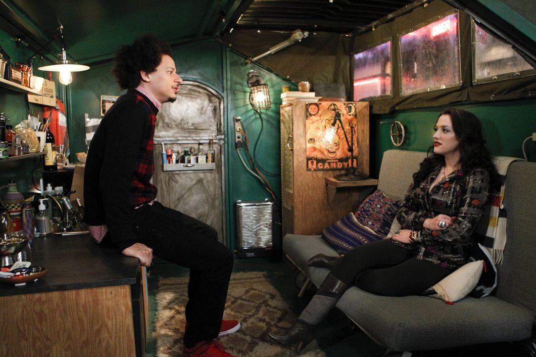 Die Wahrheit über Deke (Eric André, l.) lässt Max (Kat Dennings, r.) alles andere als kalt. Die Beziehung droht auseinanderzubrechen ... - Bildquelle: Warner Bros. Television