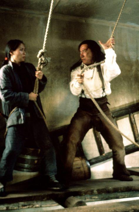 Endlich gelingt es Chon (Jackie Chan, r.), die entführte Prinzessin Pei Pei (Lucy Alexis Liu, l.) aufzutreiben. Planlos nimmt er ihre Befreiung in... - Bildquelle: SPYGLASS ENTERTAINMENT GROUP, LP